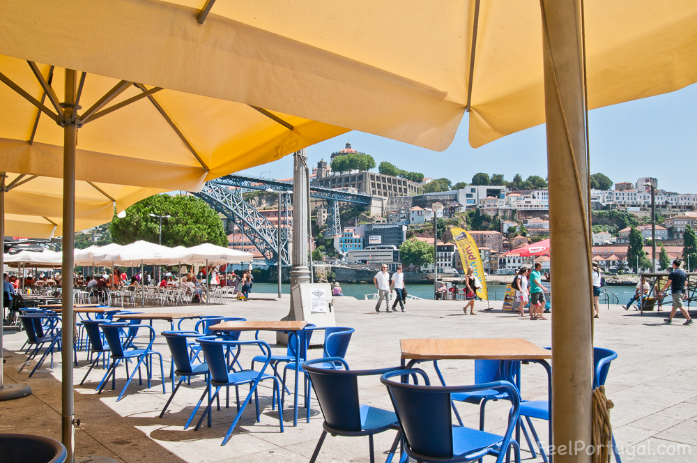 Restaurant a Cais da Ribeira overlooking Douro River and Dom Luis Bridge