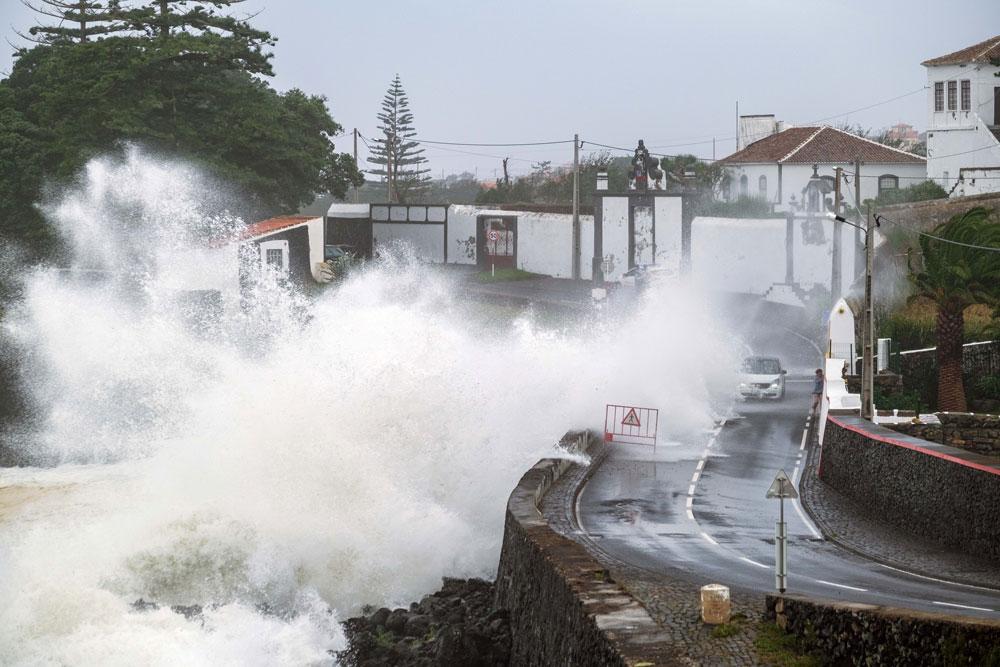 """Agitação marinha provocada pelo furacão """"Lorenzo"""" no Porto de São Mateus em Angra do Heroísmo, Terceira, Açores, 2 de outubro de 2019. Photo: ANTÓNIO ARAÚJO/LUSA"""