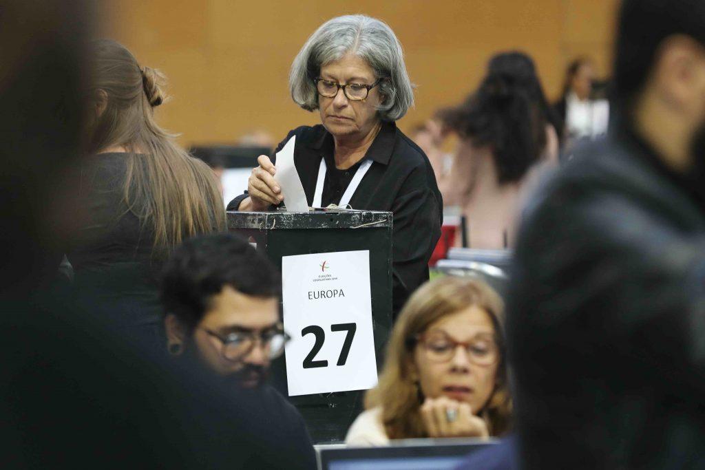 contagem dos votos dos dois círculos da emigração JOÃO RELVAS/LUSA - participação cívica em atos eleitorais